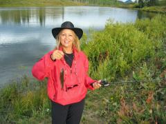 Женщина на рыбалке, брать или не брать?